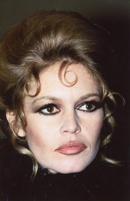 Несмотря на то, что многие признавали в Брижит красавицу, сама она с детства считала себя ужасно некрасивой и стеснялась собственного лица.