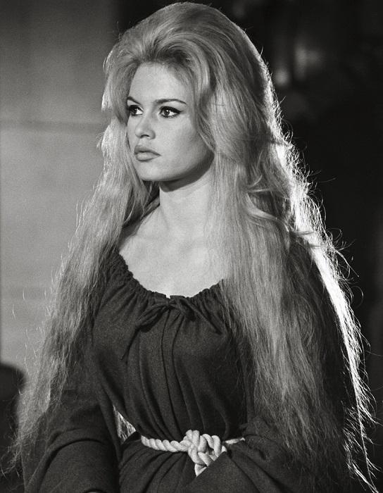 Французская актриса в роли простодушной красавицы-дочери цирюльника в фильме «Знаменитые истории любви», снятом в 1961 году.