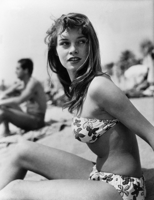После выхода фильма «Манина, девушка в бикини», снятом в 1952 году, француженка Брижит Бардо стала королевой пляжной моды.