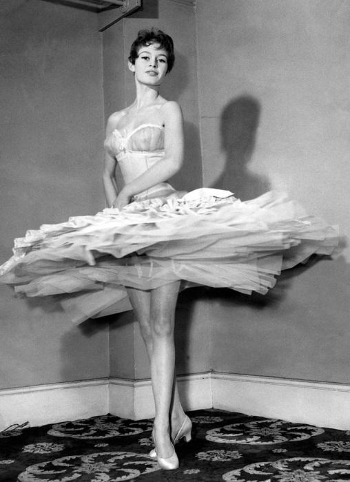 Брижит Бардо демонстрирует ножки на съемках фильма «Доктор на море», снятом студией «Pinewood»в 1955 году.