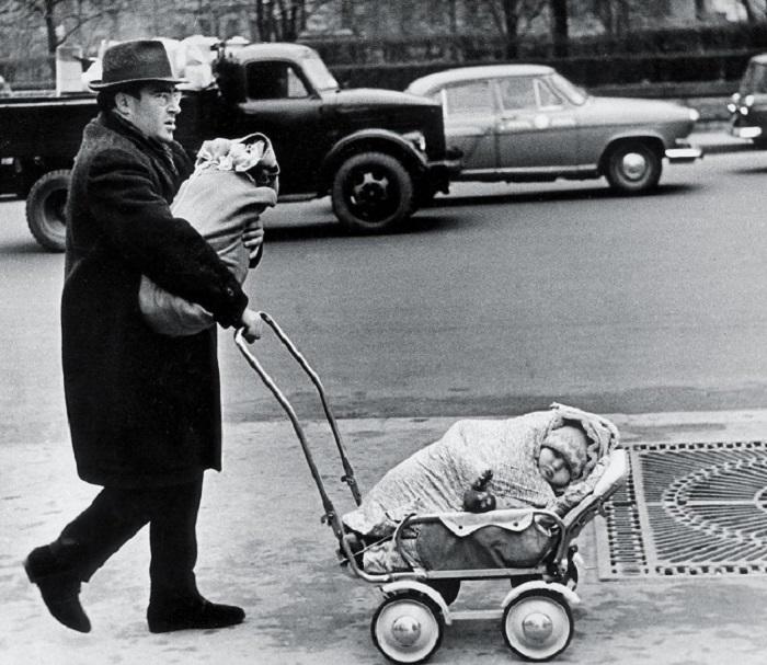 Суровому папе ни что ни по чём, если нужно куда-то отправиться сразу с двумя детьми, 1960 год. Фотограф Виктор Ахломов.