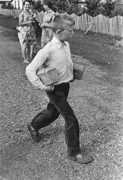 «Чего смешного? Не видите – я хлеб несу!», 1960 год. Фотограф Григорий Дубинский.