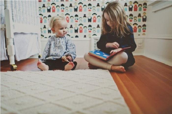 Старшей сестре, пришлось принять на себя заботу о младшей.