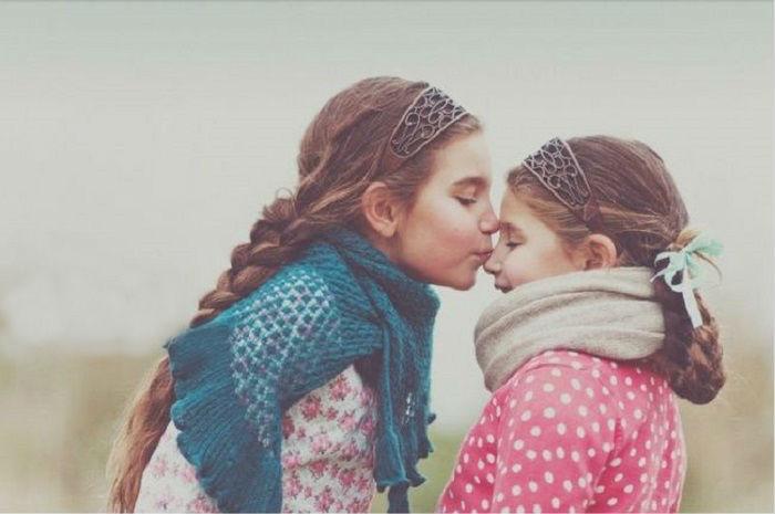 Сестра - это лучший друг, от которого невозможно избавиться.