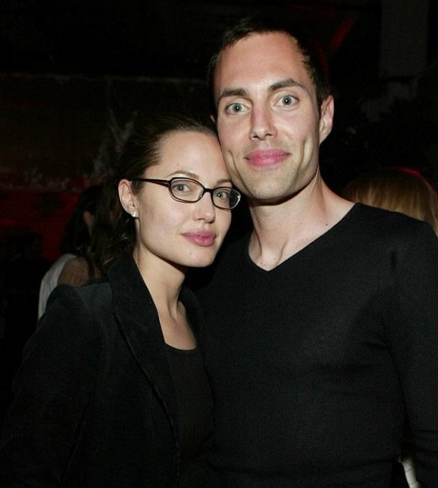 Родной брат Анджелины Джоли, тоже актер, который старше её всего на два года.