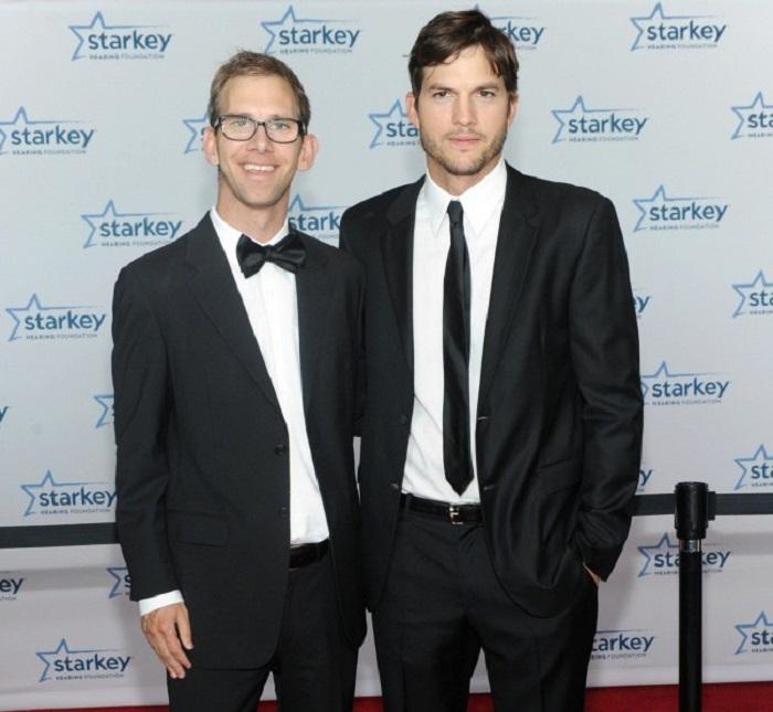 Эштон – актер в кино и на телевидении, а также самопровозглашенный защитник своего брата-близнеца.