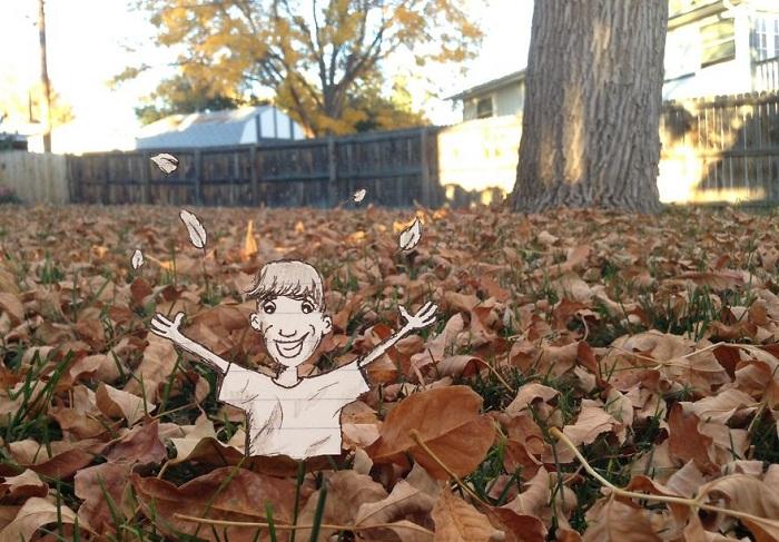 Человечек в осенней листве.