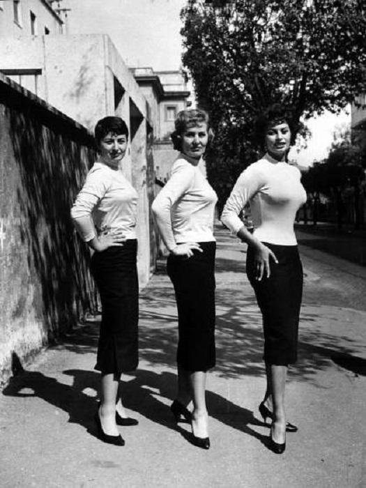 Софи Лорен (справа) позирует с матерью (в центре) и сестрой Марией в 1957 году.