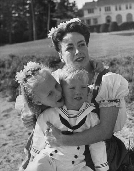 Джоан Кроуфорд и ее приемные дети Кристина и Кристофер. Монтерей, Калифорния, 1945 год.