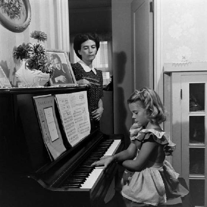 Натали Вуд и ее мать дома, 1945 года.