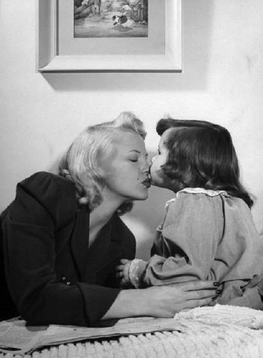 Пегги Ли желает спокойной ночи четырехлетней дочери Нике, 1948 год.