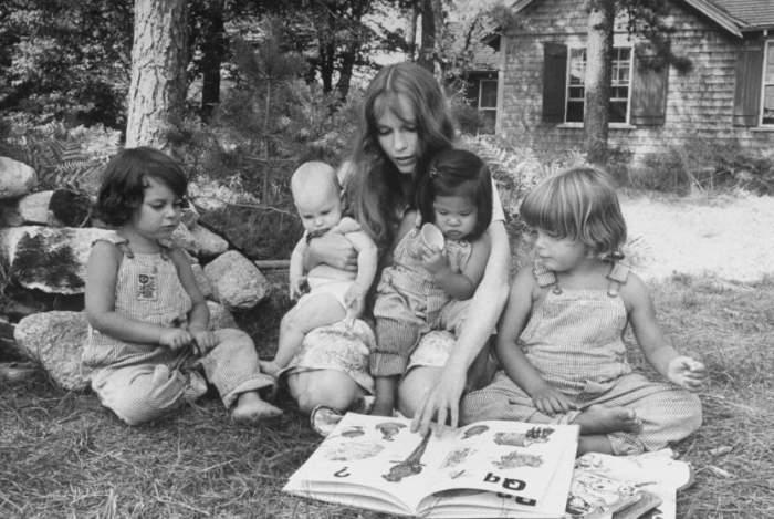 Миа Фэрроу читает книгу своим детям в Мартас-Винъярде, 1974 год.