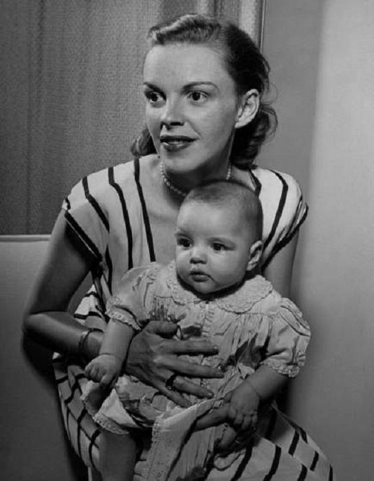 Джуди Гарленд и дочь Лайза Минелли у себя дома в Голливуде в 1946 году.