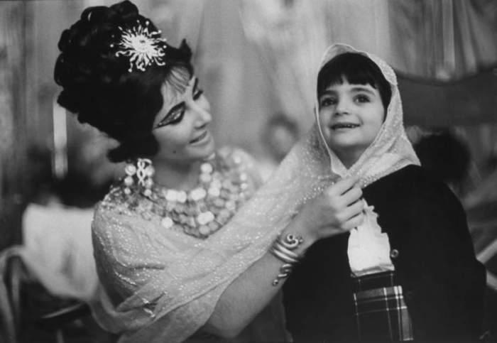 Элизабет Тейлор на съемках «Клеопатры» с дочерью Элизабет Фрэнсис, в Риме в 1962 году.