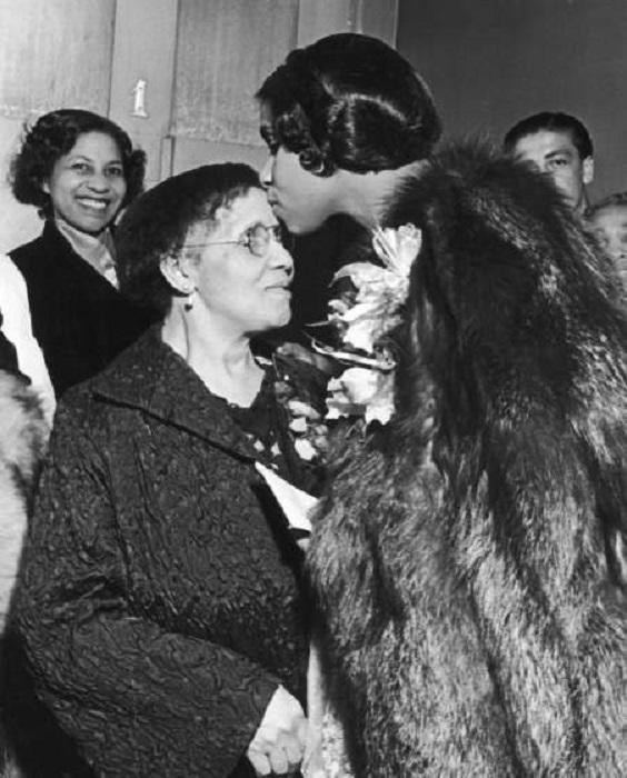 Мариан Андерсон благодарит свою маму поцелуем, 1938 год.