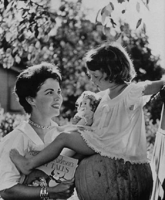 Ширли Темпл с дочерью Лори в Атертон, Калифорния, в 1957 году.