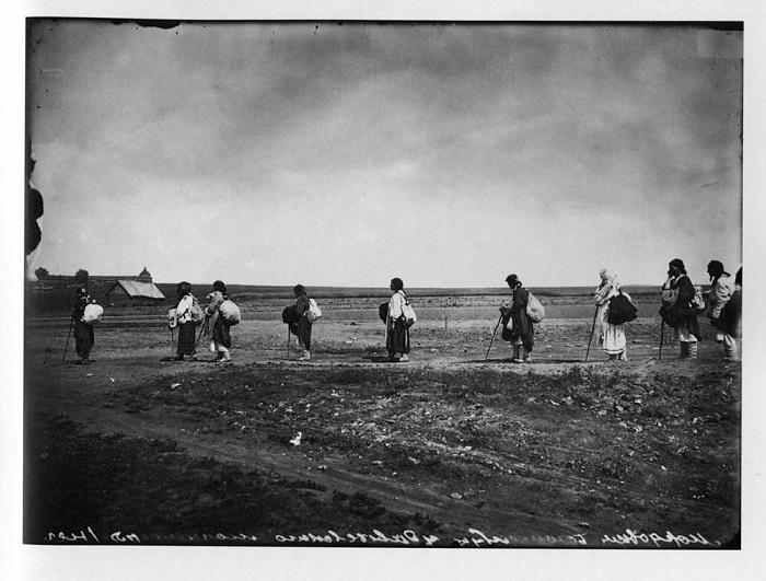 Женщины, направляющиеся в Серафимо-Дивеевский женский монастырь, 1904 г.