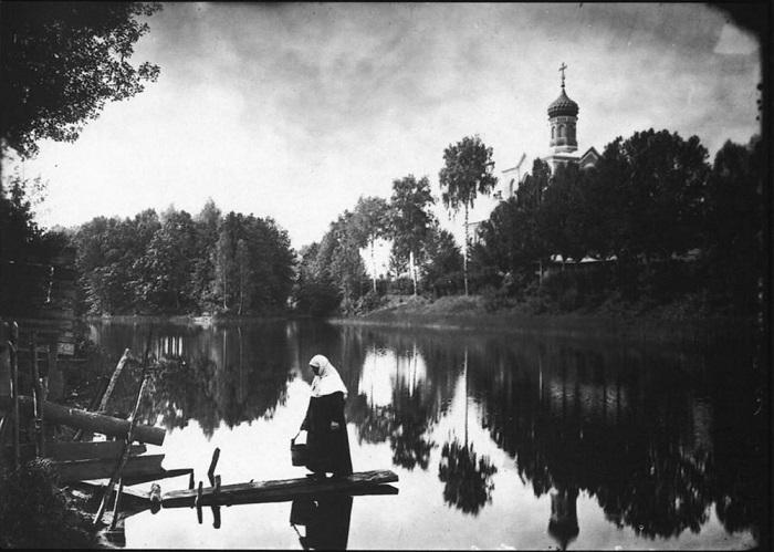 Вид на монастырский пруд и Больничную церковь.