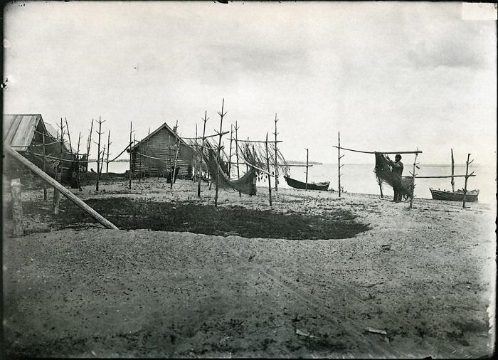 Рыбак просушивает сети.