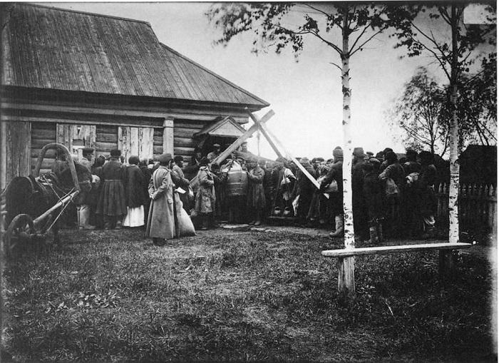 Раздача крестьянам в ссуду хлеба в городе Княгинине, 1892 год.