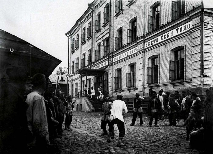 Бой молодых людей перед ночлежным домом Н. А. Бугрова.