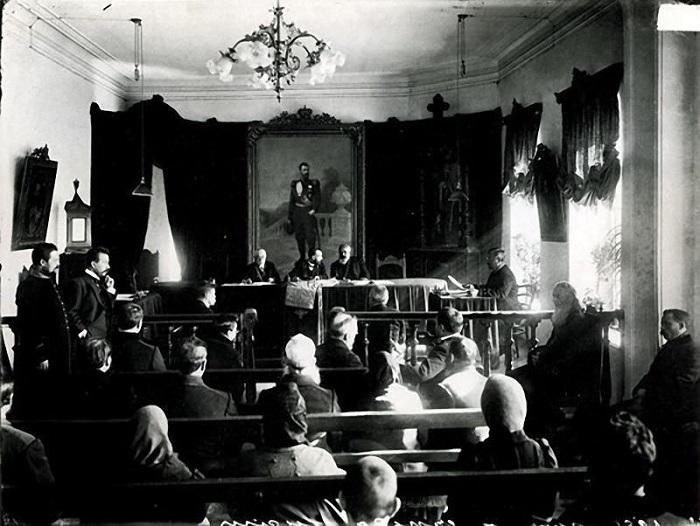 Заседание в зале суда.