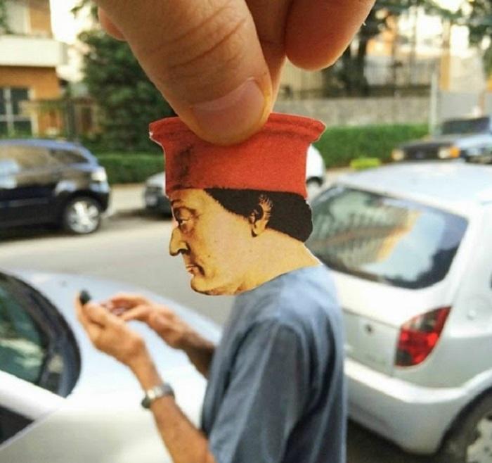 Пьеро делла Франческа копающийся в телефоне.
