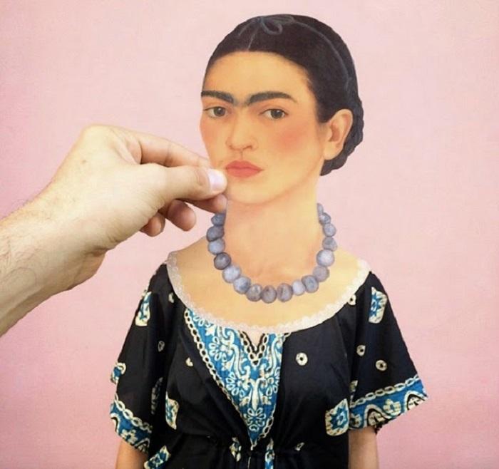 Вырезанная голова Фриды Кало отлично слилась с образом современной девушки.
