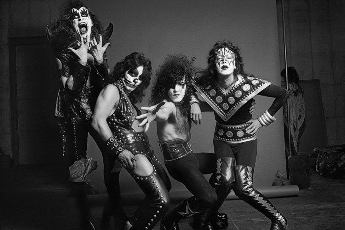 Kiss - американская рок-группа, основанная в Нью-Йорке в январе 1973 года, играющая в жанрах глэм-рок, шок-рок и хард-рок и известная сценическими макияжами её участников.