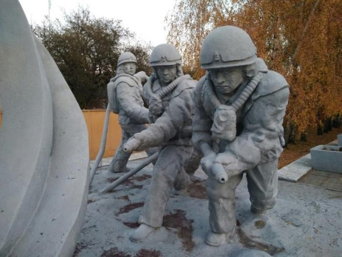 «Мемориал пожарным» - памятник всем погибшим при ликвидации последствий Чернобыльской катастрофы.