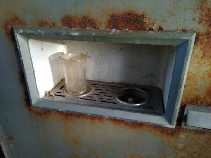 Стакан в автомате по продаже газированной воды, который сохранился с 26 апреля 1986 года.
