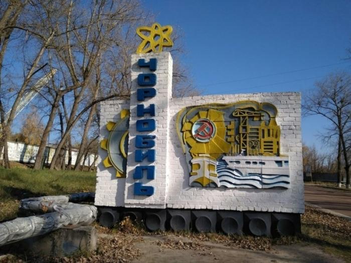 Краску на одном из старых советских памятников недавно обновили - скорее всего, из-за туристов.