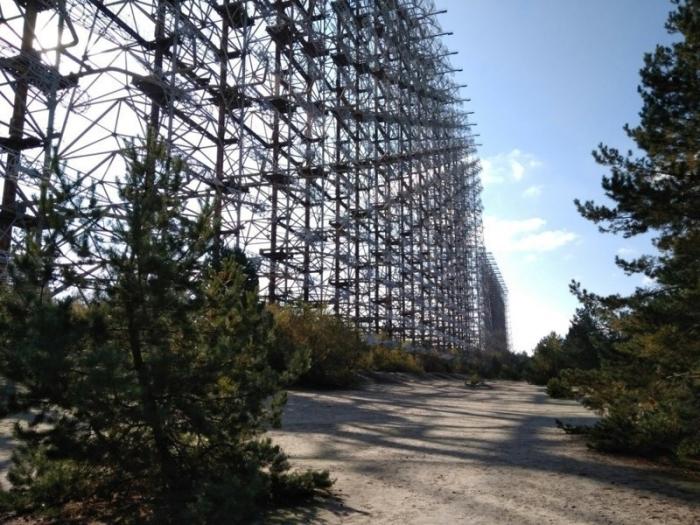 Огромная радиолокационная станция для отслеживания запусков ядерных ракет, которую до сих пор охраняют.
