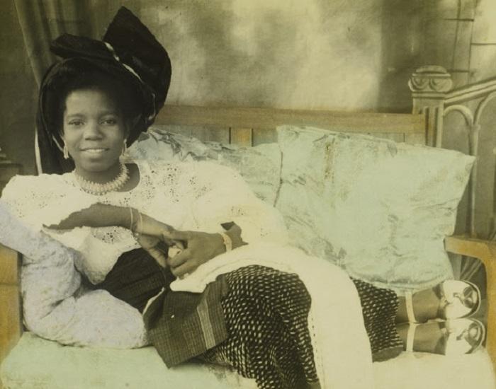 Нигерийка царский кровей во время отдыха.