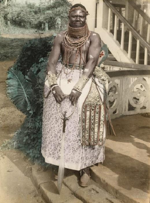Фрэнсис Эдо в национальной одежде с необычными плетеными украшениями. Бенин-Сити. 1960 год.