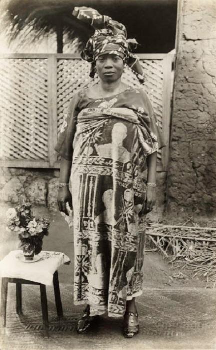 Дочь оба царя Eweka II носит памятную ткань с коронации короля Георга VI. Май 1937 год.