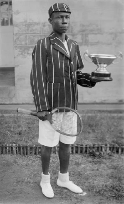 Молодой человек с кубком в руках после турнира. 1937 год.