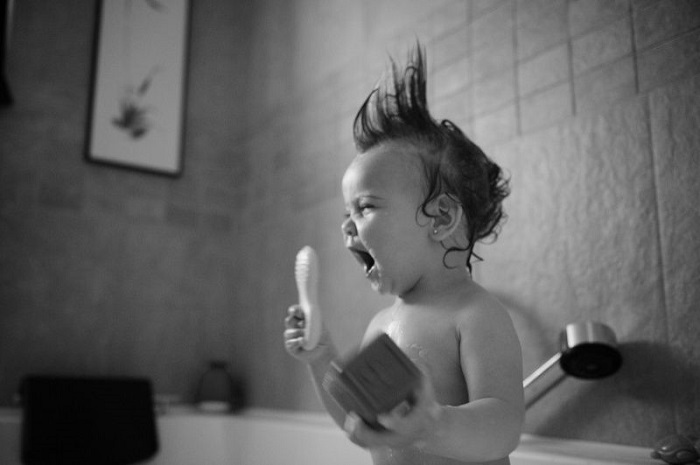 Девочка поёт в душе.