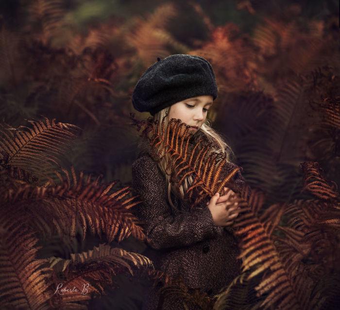 Фотоснимки этой маленькой девочки, сделанные ее мамой, вызывают очень много положительных эмоций.
