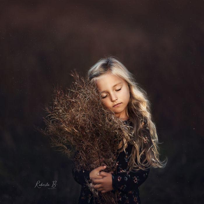 Красивая фотография нежного «ангела» с букетом полевой травы.