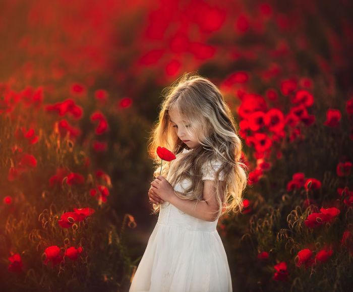 Прекрасный образ маленькой девочки, с нежным цветком красного мака.