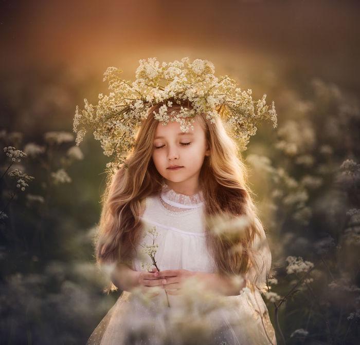 Неповторимый образ маленького создания с восхитительным венком из полевых цветов.