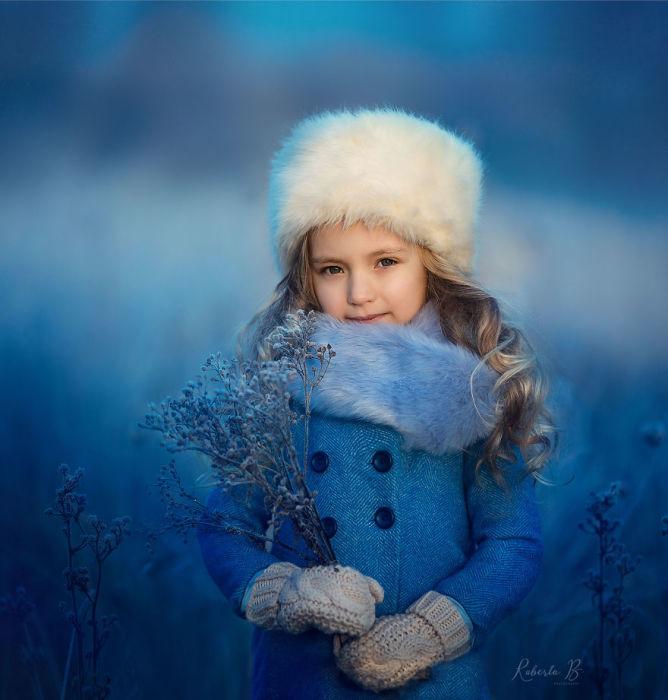 Мама, этой милой малышки, фотографирует свою дочурку в любое время года.