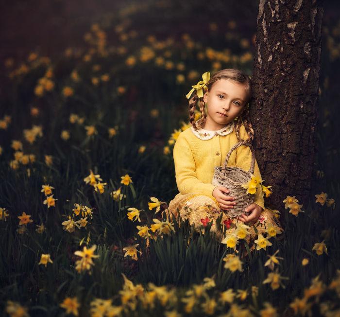 Трогательный образ маленькой девочки, на весенней поляне с нежными нарциссами.