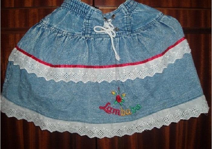 Девчонки щеголяли в таких новых юбках.