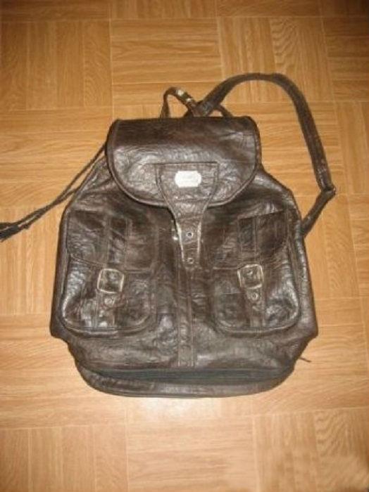 Два вида рюкзаков: маленькие кожаные и сшитые из старых джинсов самостоятельно. Декорируются значками, булавками и яркими шнурками, а также художественно расписываются шариковыми ручками.