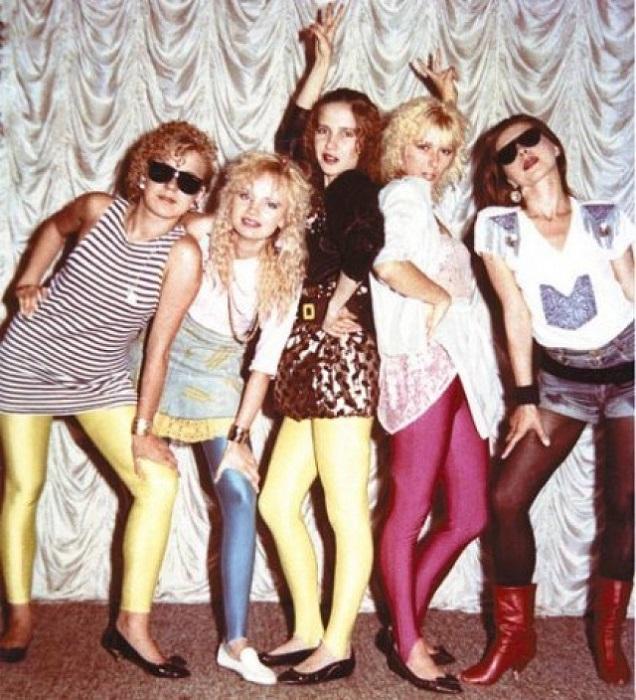 Как их только ни носили: и под футболку, и под мини-юбку, и под блузку с рюшечками, кому как позволяла фантазия.