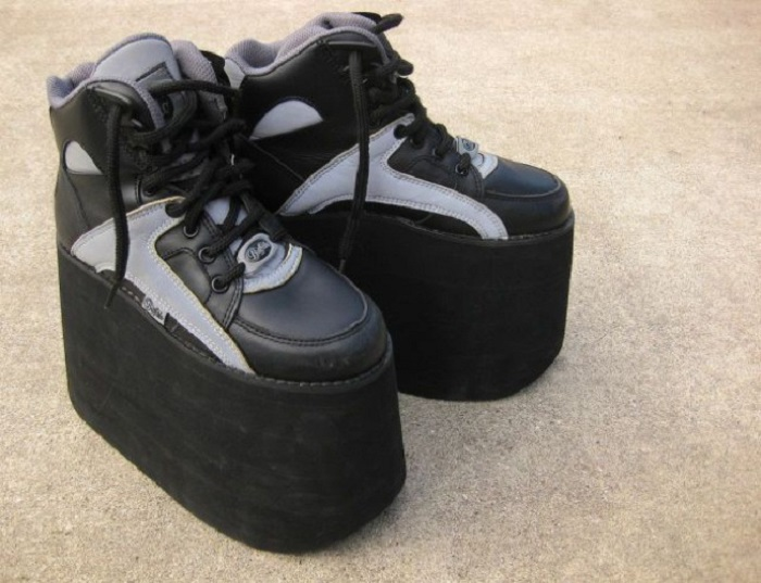 Мало у кого в те времена не было обуви на такой чумовой высокой «платформе». Сейчас даже странно, что это могло кому-нибудь нравится, но несколько десятилетий назад это был самый писк.