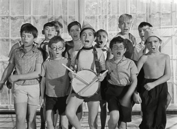 Уморительный фильм о нравах советского пионерского лагеря.
