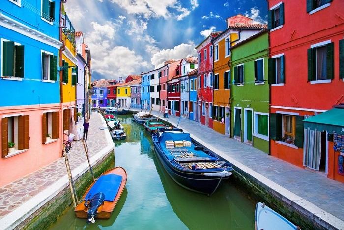 Бурано (Burano) — островной квартал Венеции (Италия), расположенный на удалении 7 км от центра города, рядом с Торчелло, с населением ок. 4000 жителей.